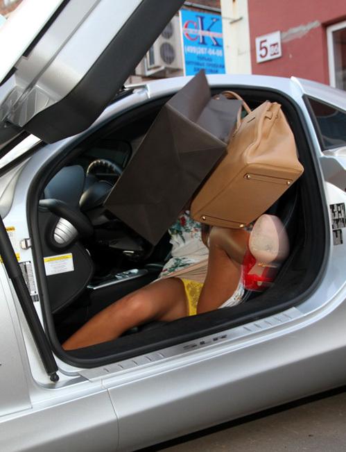 показываем трусы выходя из машины